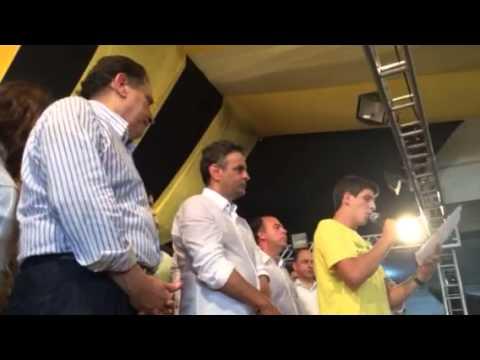 João, filho de Eduardo Campos, lê carta para Aécio no Recife