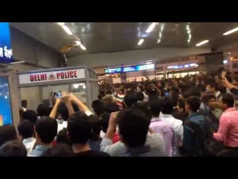 fight at rajiv chowk metro station - new delhi.