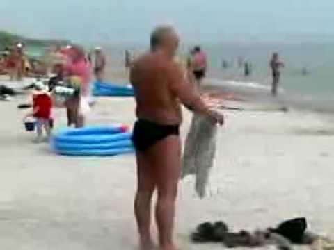 Gente - Intentando ponerse unos pantalones
