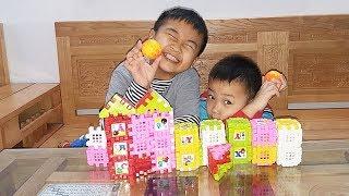 Anh em Tý Sóc xếp hình đồ chơi ngôi nhà