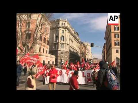 Demo over economic crisis, Geithner motorcade at G7