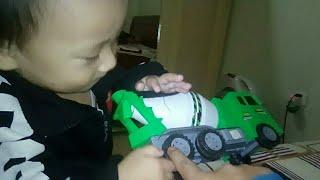 Bé chơi đô chơi ô tô trộn bê tông mầu xanh và học màu sắc tiếng anh | Bao Chau TV
