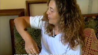 Mulher cria baratas dentro de casa e faz até massagem com os insetos