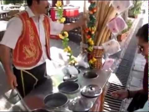 Шоу продавца мороженого или дондурма в Стамбуле.