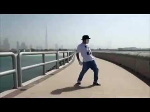 Парень  классно танцует