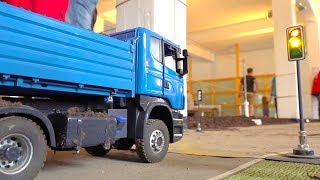 RC TRUCKS AT CONSTRUCTION-SITE! 3-AXLE TIPPER MAN! SCANIA! AROCS! SCALEART