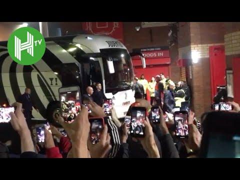 Cristiano Ronaldo given hero's welcome as Juventus arrive at Old Trafford - Man United v Juventus thumbnail
