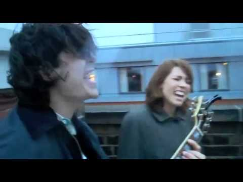 Grouplove-Colours (OFFICIAL LYRICS +Rooftop Session)