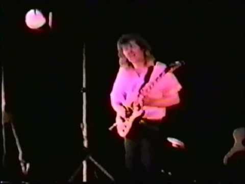 Rik Emmett 1987, playing Triumph's