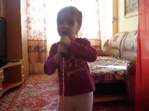 Девочка поёт Ирину Аллегрову.