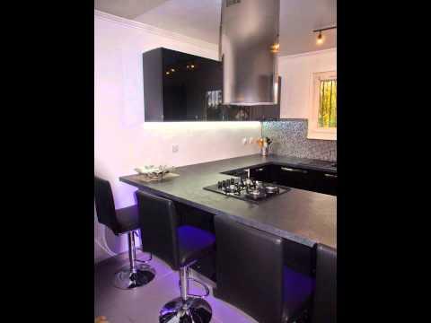 Cuisine moderne noire ouverte sur le salon youtube for Cuisine ouverte sur salon 27m2