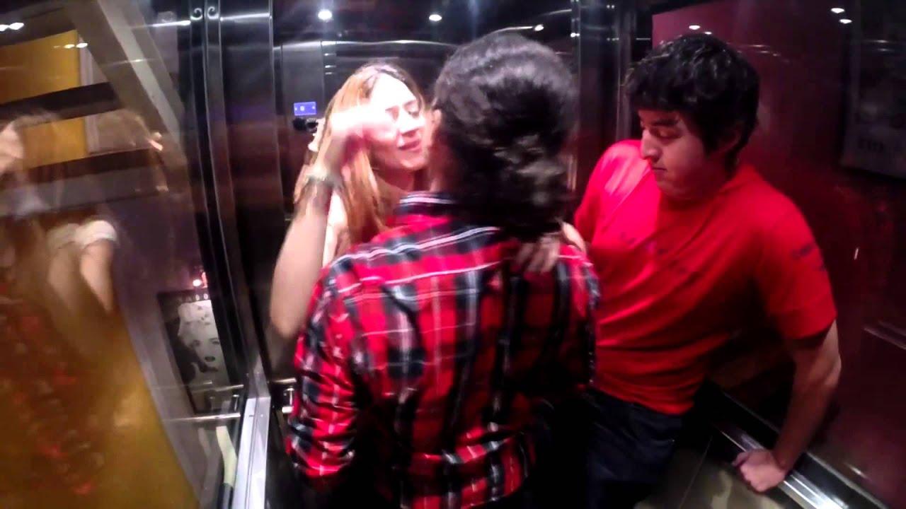 Haciendo el amor en el ascensor camara oculta youtube for Camara oculta en la oficina