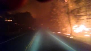 Водитель едет сквозь лесные пожары в Калифорнии
