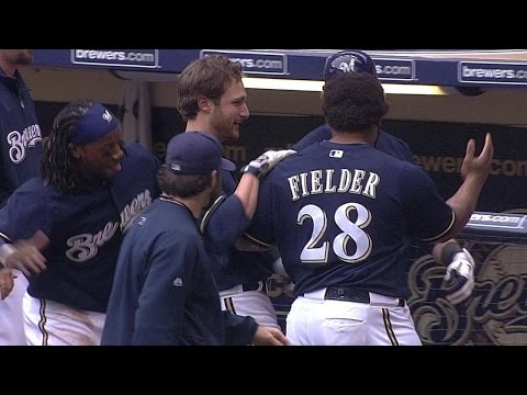 Lucroy's bunt single wins it for the Brewers