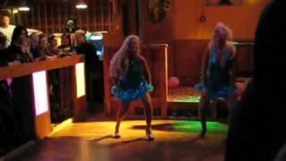 Dolls sisters keikalla glamour-ravintola Vagabondassa Vantaan Pähkinärinteessä
