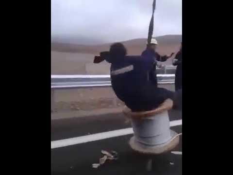 trabajador se entretiene en un carrete de cable y pasa un buen susto