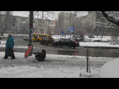 Люди поскальзываются на неубранном льду