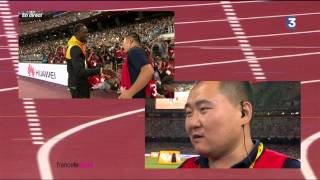 Chinese cameraman gives a gift to usain bolt after having dropped him after the final of 200 meter