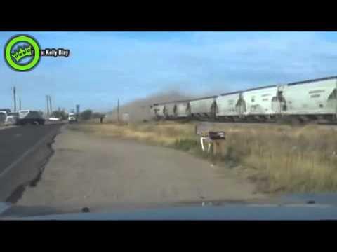 Train Hits Truck trailer Stuck on Tracks - tren schoka contra camion atascado en rieles