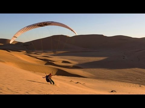 砂漠でパラグライダーする神業映像
