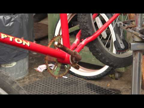 Rusted Bike Repair - Hampton Cruiser Part 2 - Crank Bottom Bracket Off - BikemanforU
