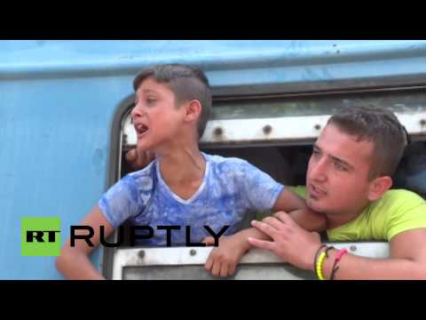 Macedonia: Migrants scramble to board EU bound train
