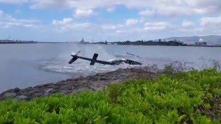 ヘリコプターが墜落して海にクラッシュする瞬間の衝撃映像