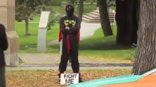 Anh chàng ninja đứng ngoài đường với cái bảng đánh tôi, những người đấu với anh ta có một bất ngờ.
