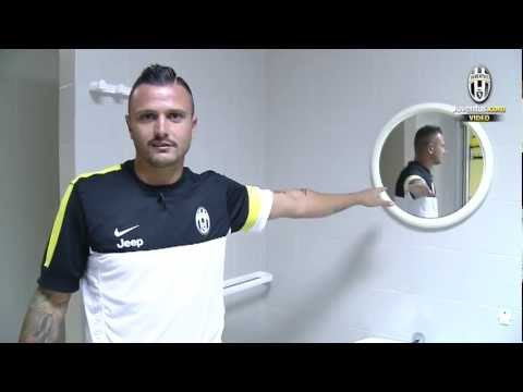 L'esterno ci porta alla scoperta dello spogliatoio bianconero nello Stadio Brunod di Chatillon - The winger takes us around the Bianconeri dressing room at t...