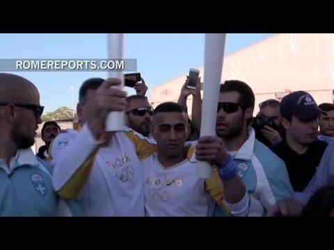 Refugiado sirio porta la antorcha olímpica de los Juegos de Río 2016