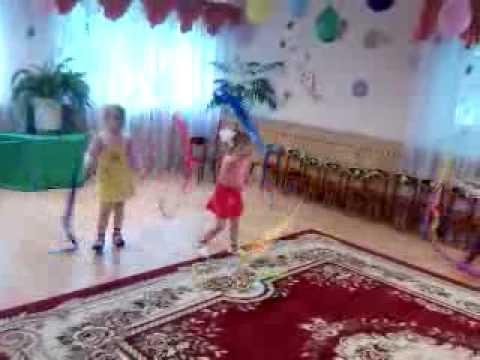 малыши танцуют по показу