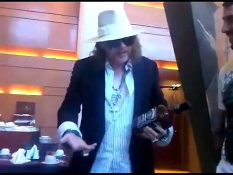 Axl Rose tells story about Slash 2011 Music Videos