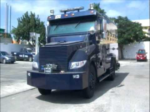 """El """"rinoceronte"""" como fue bautizado el camión blindado de la Policía Federal Preventiva, se encuentra participando en los operativos"""