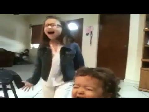 Niña y bebé Cantando Asi no te Amará Jamás Qué Ganas De No Verte Nunca Más
