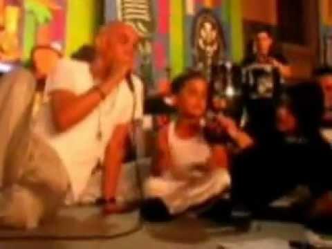 Adorable niño ponceño bailando y cantando con Rika Swing en el Carnaval