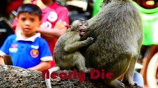 terrify !!! Billion heartbreak , Mum fight baby cruel until convulsive, Baby can't stop cry loudly