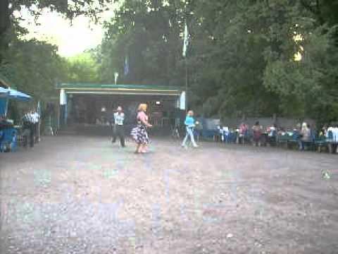 Зажигательные танцы на сельской дискотеке