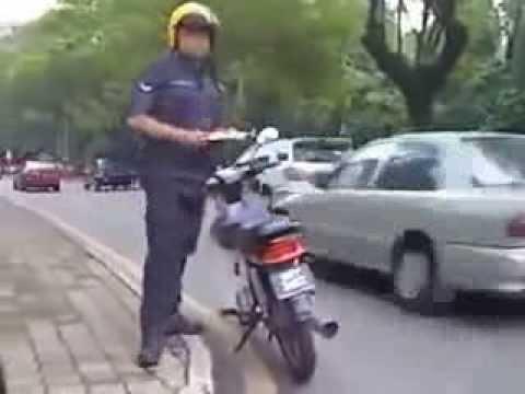 Malaysian Chinese Woman  Fooling Malaysia Police