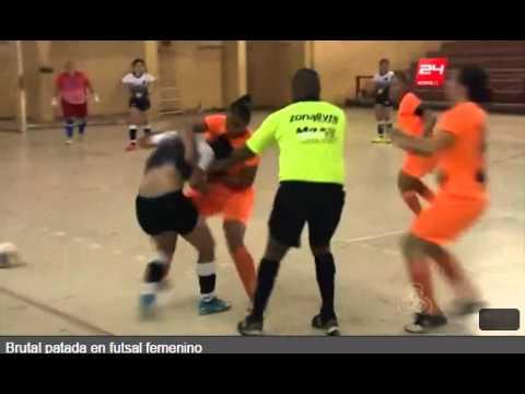 Salvaje patada en fútbol femenino