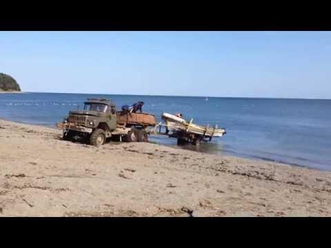 Охотское море. Рыбацкую лодку вытаскивают на берег