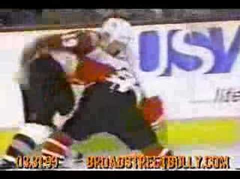 Joe Sakic beats up Doug Gilmour Video