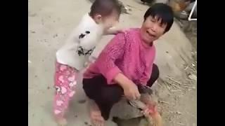 cắt tiết gà - e bé khóc thét khi mẹ cắt tiết gà - siêu hài