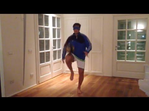 Javier Zanetti palleggia al buio #view4theblind