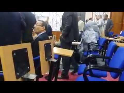 (فيديو) .. تشابك بالأيادي بين أعضاء مجلس جهة كلميم واد نون في الدورة الاستثنائية ماي 2017