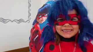 Катя и Макс играют в игрушки в яйцах