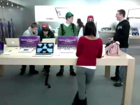 Apple Store'daki Taytlı Kız