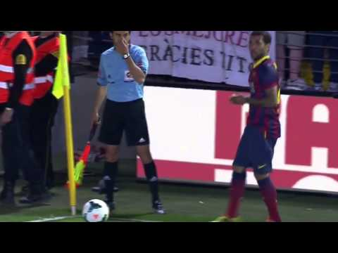 Daniel Alves eats banana during match vs Villareal