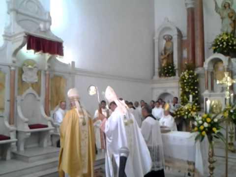 Momento de la entronización por parte del El Nuncio, Ettore Balestrero