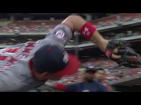 Zimmerman makes catch falling into dugout