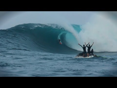 Paddle in Big Wave Surf Competition - Red Bull JAWS
